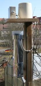 Niederschlagsmesser und belüfteter Temperatur-/Feuchtesensor an 2m hohen Holzmast